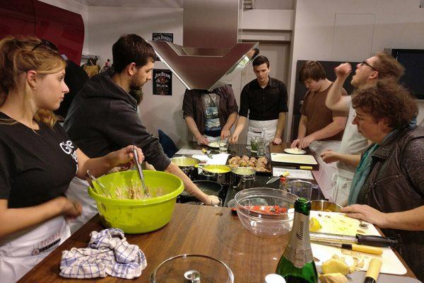 mecodia Mitarbeiter beim gemeinsamen Kochen
