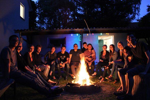 mecodia Team am Lagerfeuer beim Sommerfest