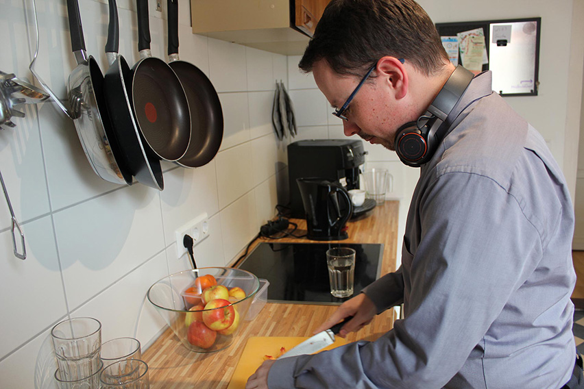 Mitarbeiter in der Küche beim Obstschneiden