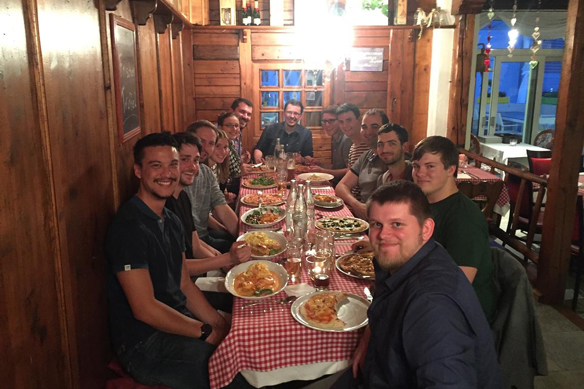 mecodia Team beim Pizzaessen