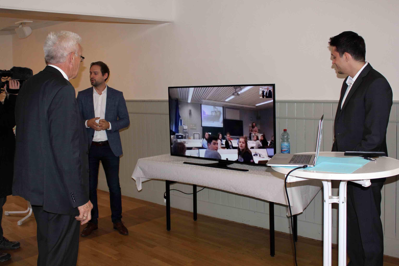 Ministerpräsident Kretschmann der über eine Webcam Live mit einer Schulklasse verbunden ist, bei mecodia