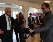 Ministerpräsident Kretschmann kriegt VR Headset vorgestellt von Geschäftsführer Florian Beutenmüller