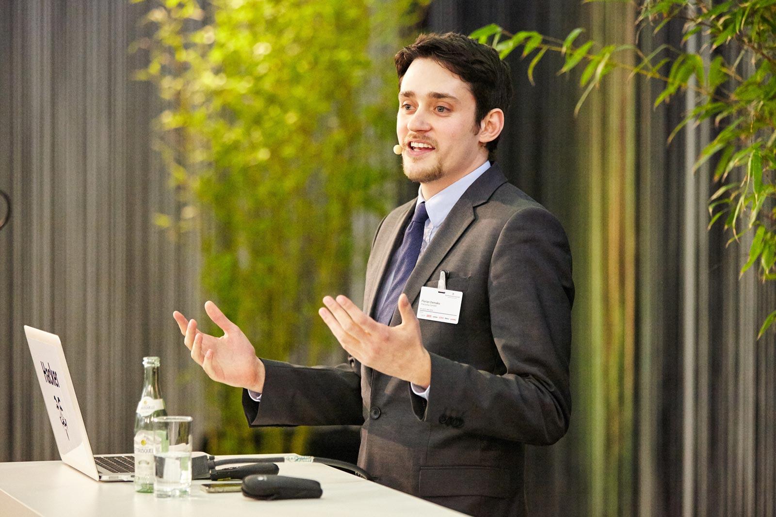 mecodia Mitarbeiter Florian Demaku hält Vortrag über Livehacking