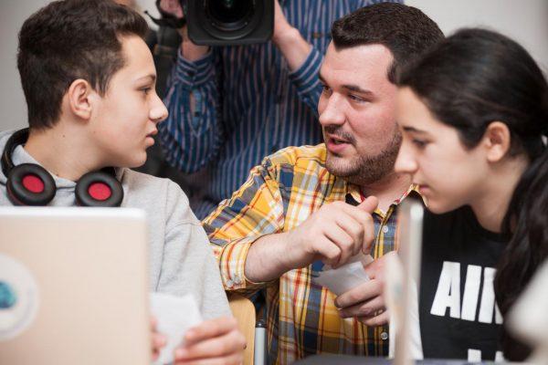 mecodia Mitarbeiter Felix Ebner spricht mit Schüler