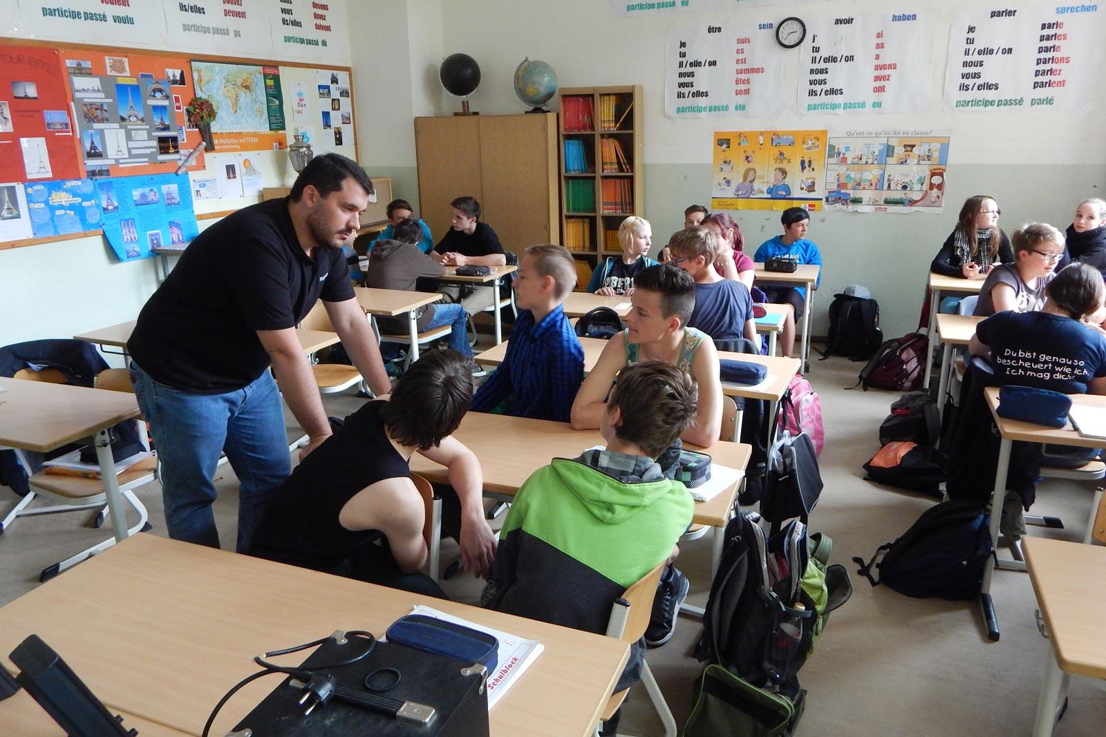 mecodia Mitarbeiter Felix Ebner im Klassenzimmer mit Schülern