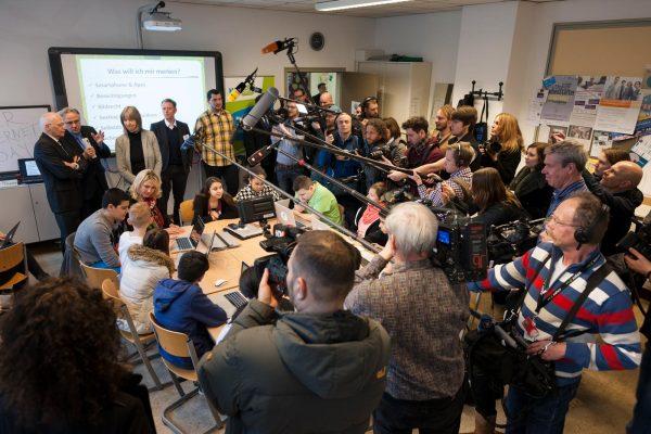 großes Kamerateam filmt Schüler bei mecodia Vortrag
